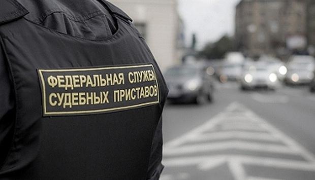 Судебные приставы арестовали коттедж у жителя Екатеринбурга из-за долгов по кредиту, какую сумму неплательщик задолжал банку, а также, как вовремя быстро и просто проверить себя на наличие исполнительных производств – читайте в материале на официальном сервисе проверки CheckPerson