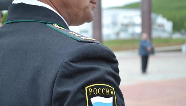 Приставы арестовали самосвал у жителя Екатеринбурга за долги по транспортному налогу, чтобы найти имущество неплательщика, исполнителям пришлось пойти на хитрость, если хотите узнать на какую – читайте в материале на официальном сервисе проверки CheсkPerson